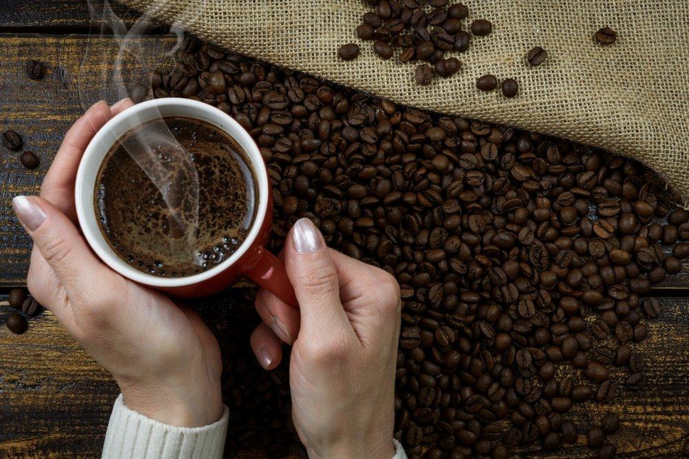 Friskbrygget kaffe direkte på arbejdspladsen med en kaffeknallert